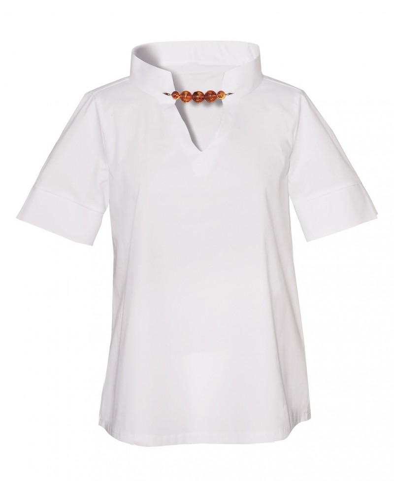 Slightly flared cotton blouse in white with wide band collar and jeweled clasp