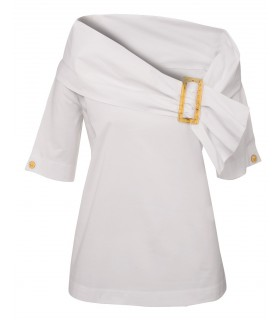 Fitted cotton blouse with large collar closed by a buckle